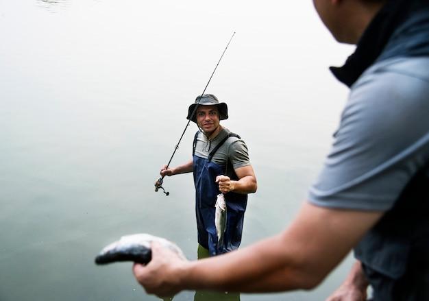 Homens pescando no lago