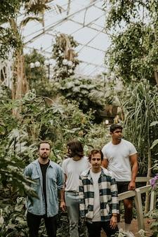Homens posando no jardim, sessão fotográfica com efeito de estufa botânica