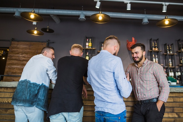 Homens que apreciam a noite bebem no restaurante