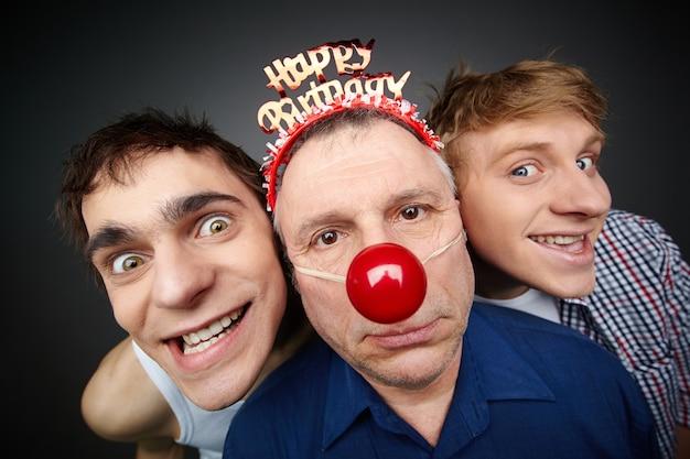 Homens que comemoram um aniversário