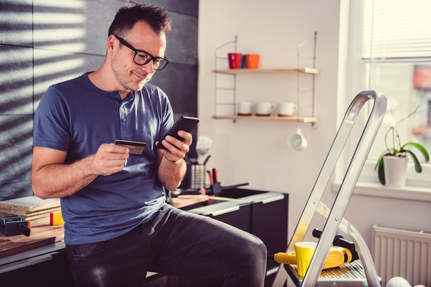 Homens que compram material de construção online