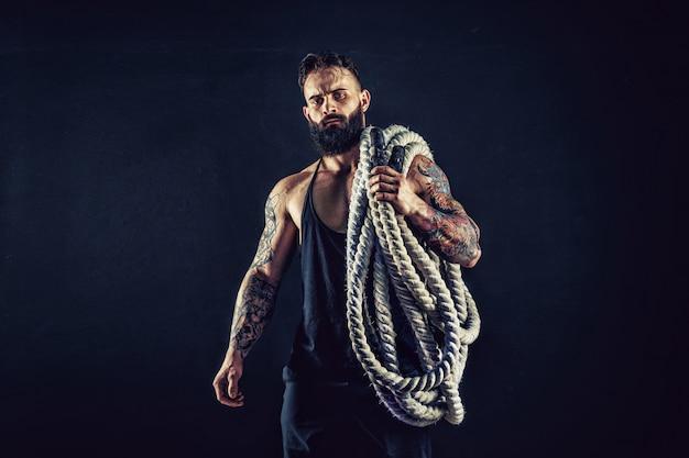 Homens segurando a corda de batalha, treinamento funcional