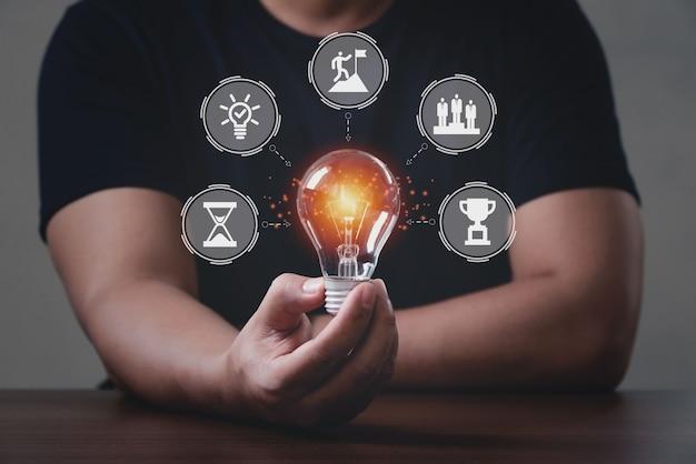 Homens segurando lâmpadas, evento de sprint de design banner hackathon. conceito de fórum de software de brainstorm de trabalho de equipe de programação hackathon.
