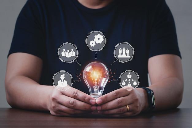 Homens segurando lâmpadas, tecnologias de conexão para negócios. modelo de ramos de organização da empresa.