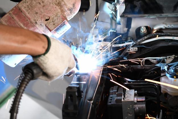 Homens soldador parte automotiva - oficina de reparação automóvel