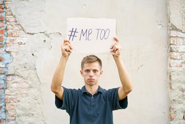Homens sozinhos com expressão deprimida e mostrando um papel com um texto metoo metoo como um novo id de movimento ...