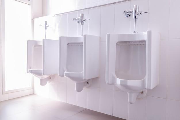 Homens toalete branco unirals tiolet quarto.