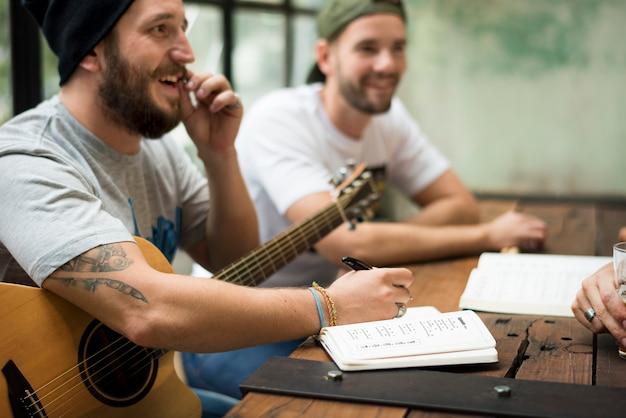 Homens tocar guitarra escrever música reheaesal