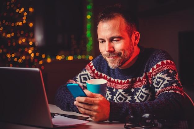 Homens tomando café e usando telefone inteligente