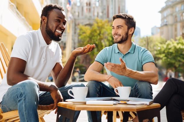 Homens tomando uma xícara de café e compartilhando ideias