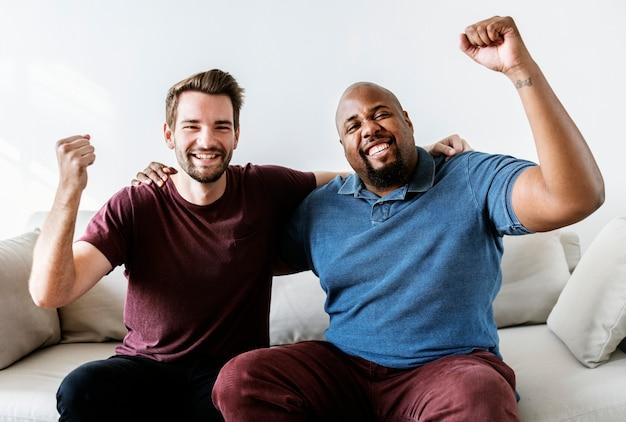 Homens torcendo esporte juntos