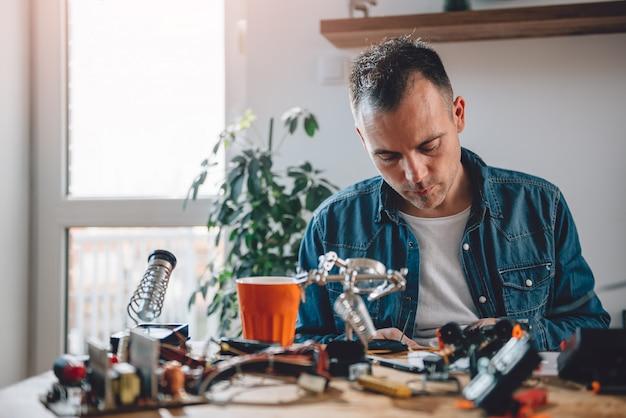 Homens trabalhando com componentes eletrônicos