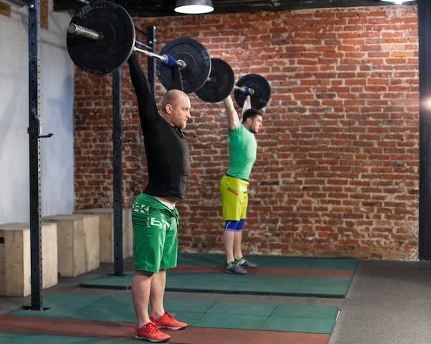 Homens treinando na academia