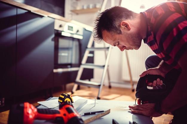 Homens usando quebra-cabeças elétrico