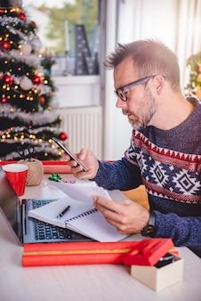 Homens usando telefone inteligente e segurando as contas