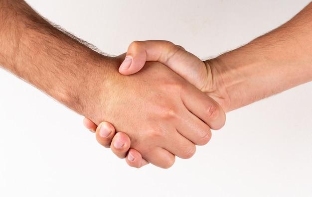 Homens vista lateral, apertar mão, sinal acordo