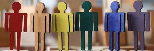 Homenzinhos de madeira em cores lgbt