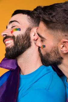 Homossexual, homem, suavemente, beijando, namorados, pescoço