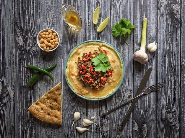 Homus com carne. comida árabe tradicional feita em casa de cordeiro ou carne de bovino com hummus.