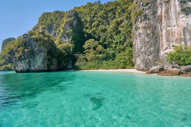 Hong island, a atração natural e famosa localizada em krabi, tailândia.