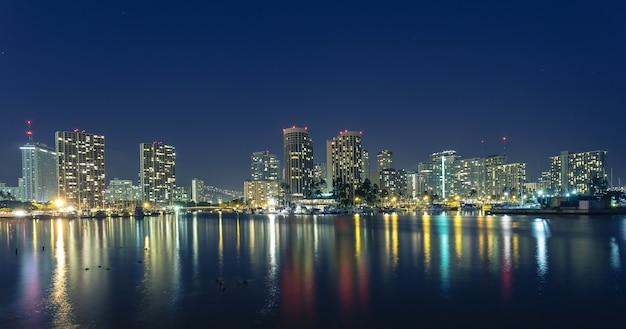 Honolulu no centro à noite com beira-mar