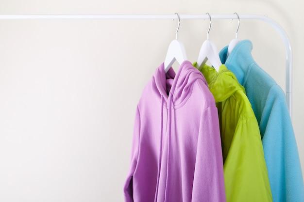 Hoodie desportivo colorido e t-shirt