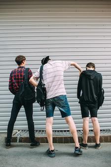 Hooligans de gangues de rua. melhores amigos adolescentes que ficaram mal. conceito de jovens criminosos e infratores da lei