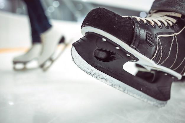 Hóquei do homem e patins femininos