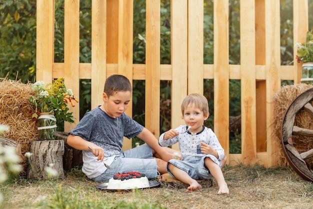 Hora da aventura de dois meninos fofos comendo alimentos saudáveis ao ar livre