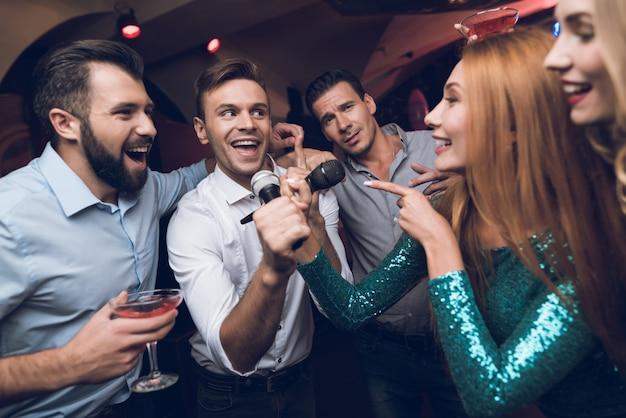 Hora da festa. batalha musical no karaoke club