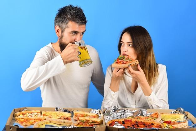 Hora da pizza casal romântico comendo pizza namoro consumismo comida estilo de vida conceito lindo amoroso