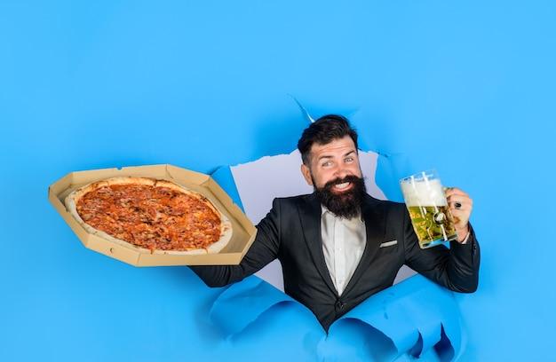 Hora da pizza homem satisfeito com barba e bigode saborear pizza deliciosa e fastfood de cerveja gelada