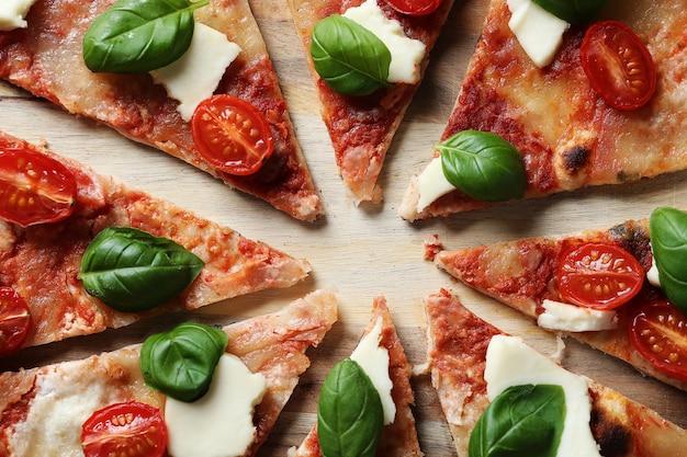 Hora da pizza! saborosa pizza caseira tradicional, receita italiana