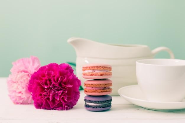 Hora da sobremesa. macaroon, flor e taça. estilo de efeito retrô.