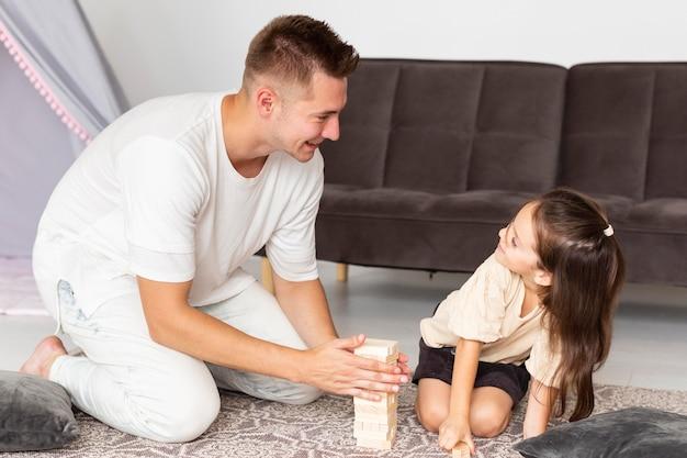 Hora de brincar entre filha e pai