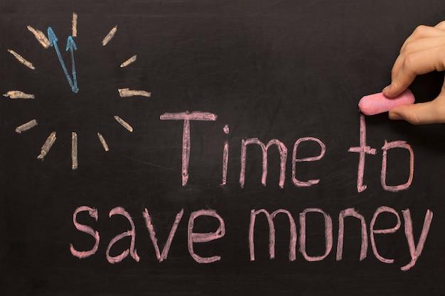 Hora de economizar dinheiro - relógio com texto em fundo preto