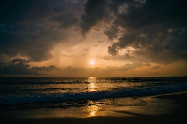 Hora de ouro no oceano, noite de verão