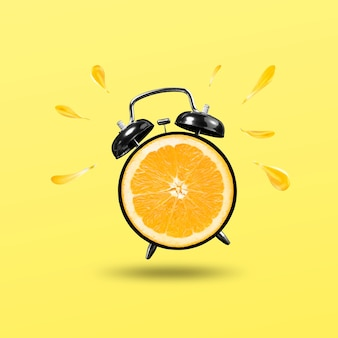 Hora de renovação com relógio laranja isolado