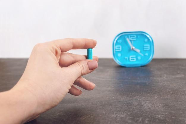 Hora de usar a pílula. pílula cápsula azul brilhante