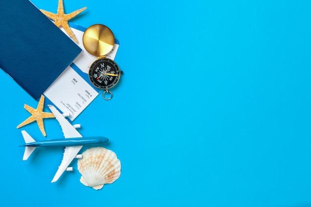 Hora de viajar. ideia para o turismo com bilhetes e bússola sobre fundo azul