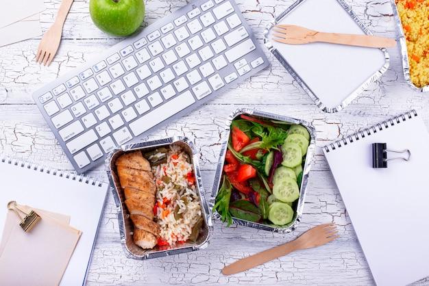 Hora do almoço no escritório. entrega de alimentos