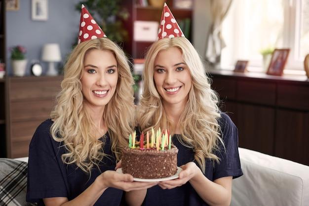 Hora do aniversário para lindos gêmeos
