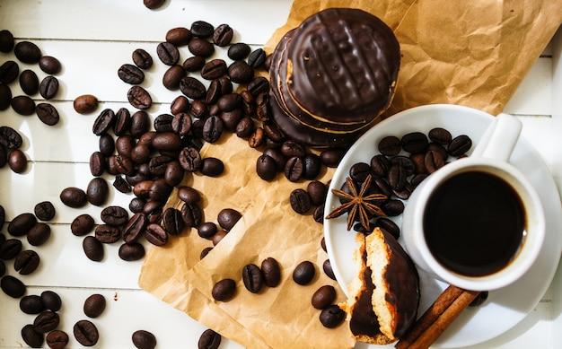 Hora do café com uma xícara de café e biscoitos