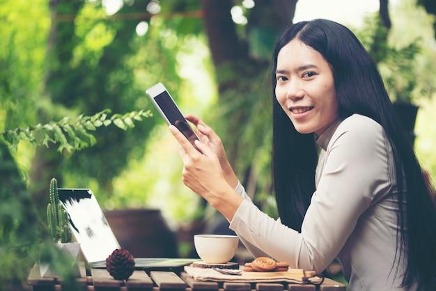 Hora do café da manhã com o smartphone para o trabalho de negócios