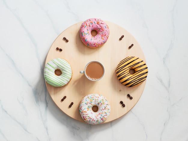 Hora do café e conceito de tempo de rosquinhas