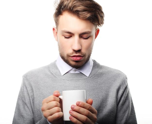 Hora do café! retrato de jovem bonito com copa, isolado no branco.