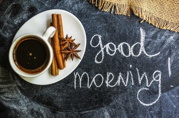 Hora do café, xícara de café na toalha de mesa