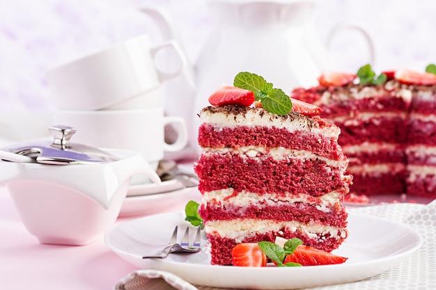 Hora do chá com bolo de veludo vermelho e morangos