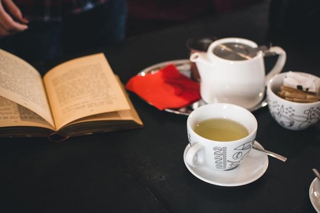 Hora do chá com um livro