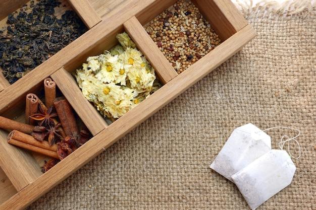 Hora do chá definido na caixa de madeira e saquinho de chá na vista superior de pano de saco
